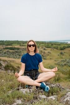 Mujer meditando relajarse solo.