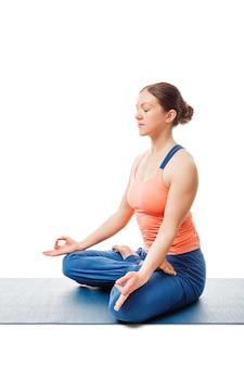 Mujer meditando en yoga asana padmasana lotus pose