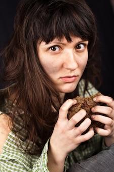 Mujer mendigo con un trozo de pan