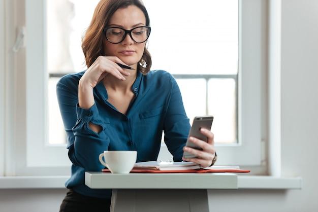 Mujer en la mesa de cafe