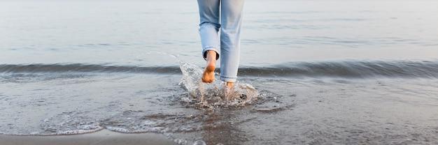 Mujer metiéndose en el mar