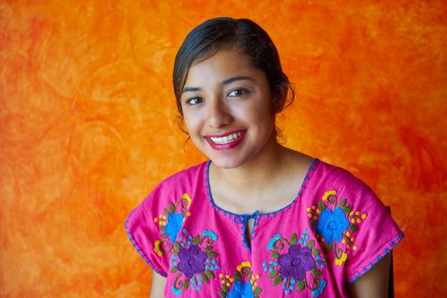 Mujer mexicana con vestido maya latino