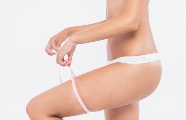 Mujer midiendo muslos