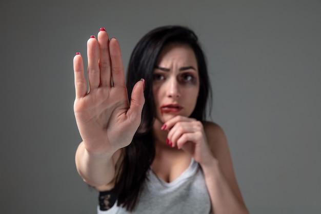 Mujer con miedo al abuso y la violencia doméstica, concepto de derechos de la mujer