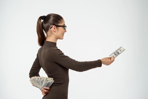 La mujer miente a la persona, esconde su dinero y le da solo un dólar