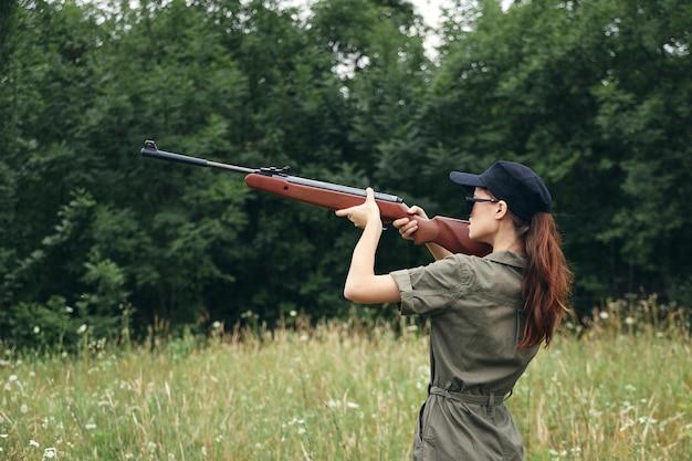 Mujer militar de caza con rifle de mira