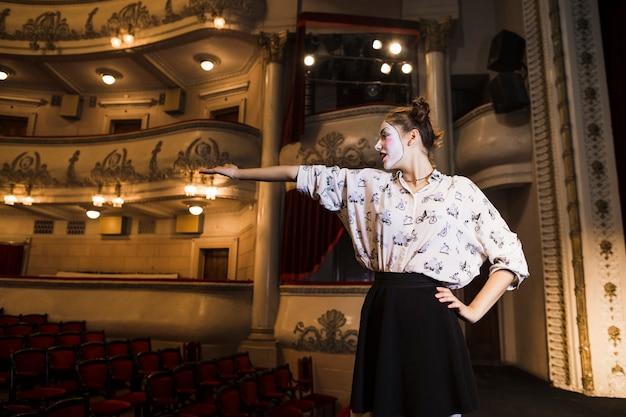 Mujer mimo ensayando en el escenario