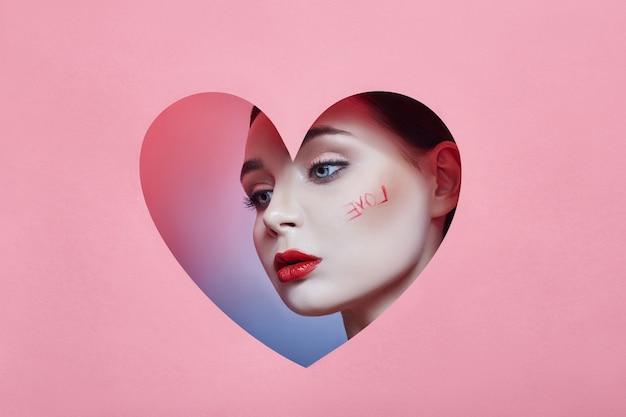 Mujer mirando en el agujero del corazón