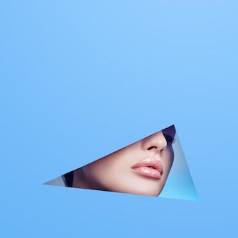 Mujer mirando en el agujero, hermoso maquillaje brillante, grandes ojos y labios, lápiz labial brillante