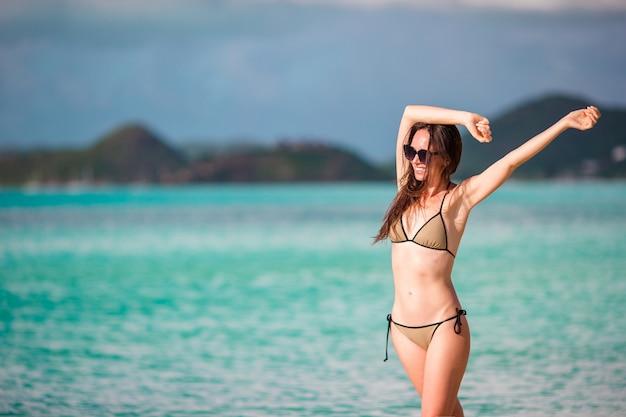 Mujer mirando al paraíso perfecto