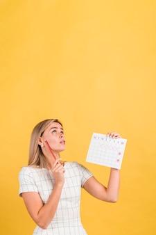 Mujer mirando hacia arriba y pensando en copia espacio