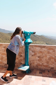 Mujer mirando con binoculares