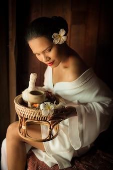 Mujer mirando la cesta de masajes