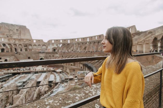 Mujer mirando el coliseo