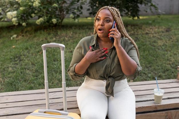 Mujer mirando consternado mientras habla por teléfono