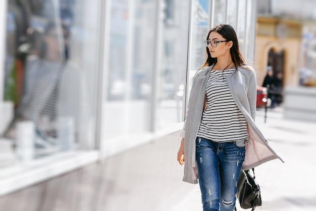 Mujer mirando un escaparate