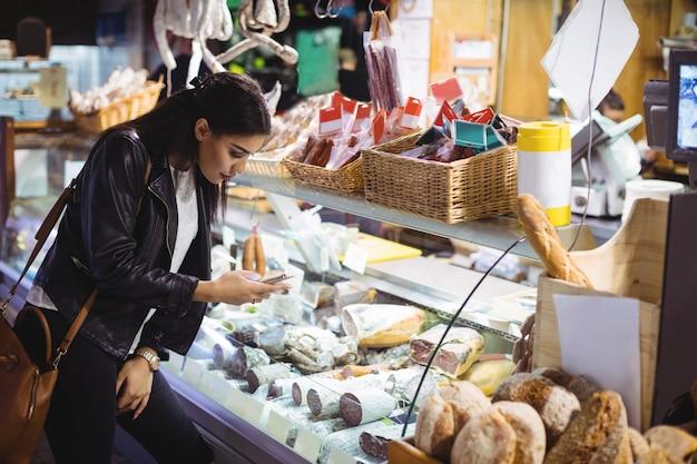 Mujer mirando la exhibición de alimentos