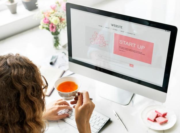 Mujer mirando el inicio en la computadora