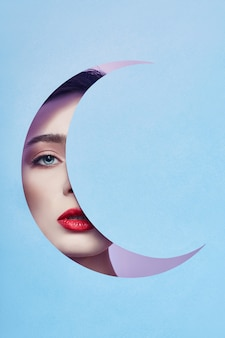 Mujer mirando luna azul mes agujero