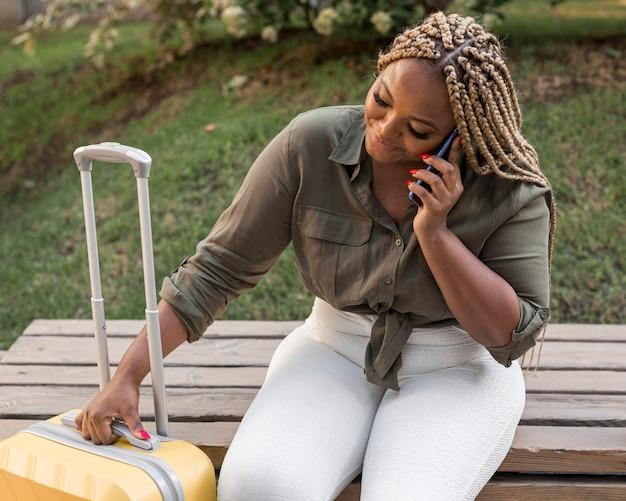 Mujer mirando pacífica mientras habla por teléfono