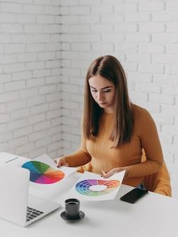 Mujer mirando paletas de colores