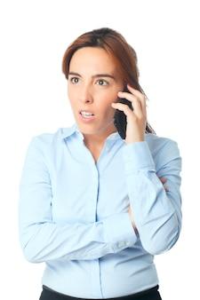 Mujer mirando sorprendido con su teléfono inteligente