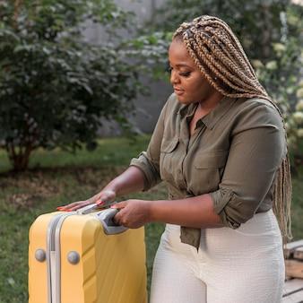 Mujer mirando hacia su equipaje