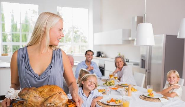Mujer mirando a su familia