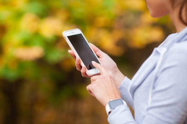Mujer mirando su teléfono inteligente