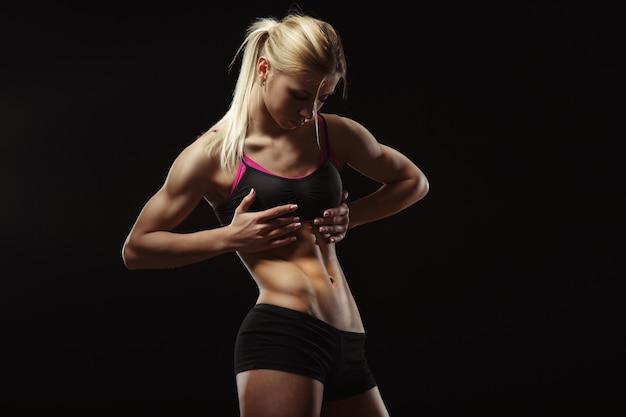 Mujer mirando sus abdominales