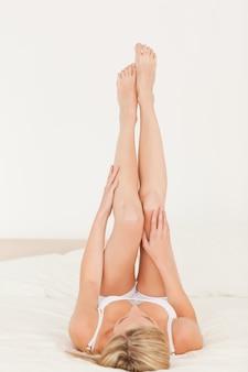 Mujer mirando sus piernas