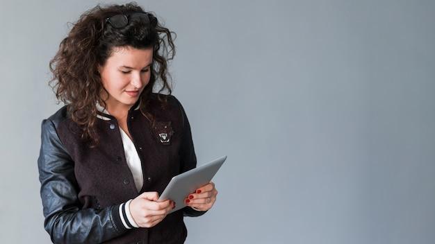 Mujer mirando a tableta