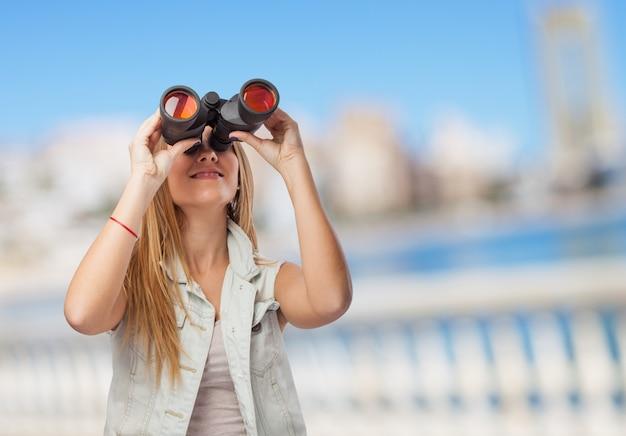 Mujer mirando a través de prismáticos