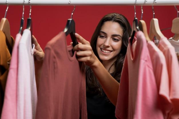 Mujer mirando a través de la ropa