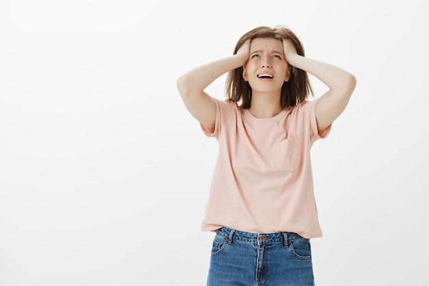 Mujer miserable angustiada y molesta en pánico, mirando hacia arriba con desesperación
