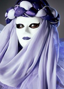 Mujer misteriosa con máscara de carnaval
