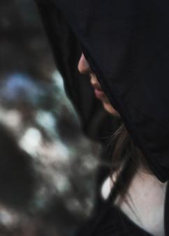 Mujer mística en capucha negra