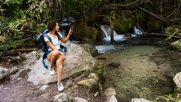 Mujer con mochila disfrutando de la naturaleza