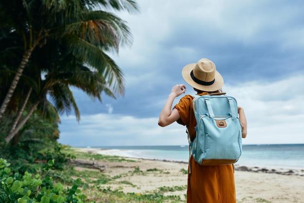 Mujer con mochila viaje isla aire fresco exótico