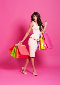 Mujer de moda con bolsas de la compra.