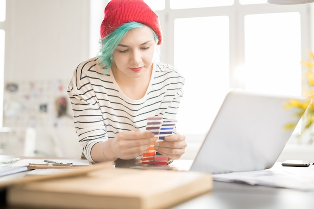 Mujer de moda creativa que trabaja en el estudio de diseño