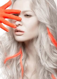Mujer de moda con piel blanca, manos naranjas y reflejos