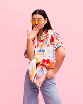 Mujer de moda posando