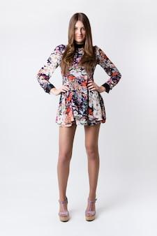 Mujer de moda que llevaba un vestido de primavera bastante
