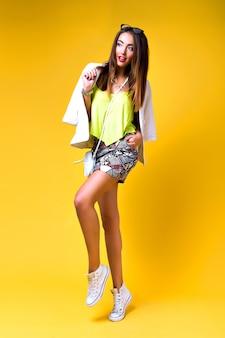 Mujer de moda con ropa de bloque de color neón brillante, estilo casual de primavera vintage