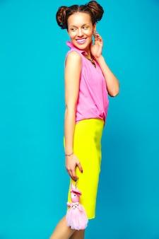 Mujer de moda en ropa casual de verano