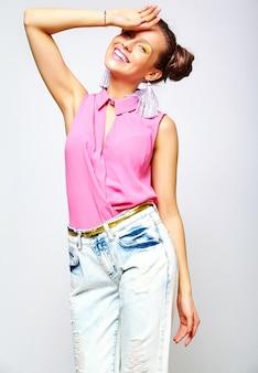 Mujer de moda en ropa de verano casual hipster