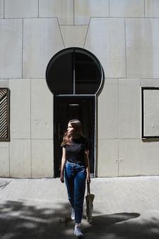 Mujer de la moda de tiro largo con una bolsa de compras