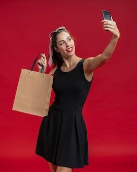 Mujer de moda tomando una selfie