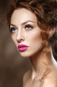 Mujer de modelo de moda de belleza con pelo rojo rizado, pestañas largas. hermosa mujer elegante con piel suave y saludable.
